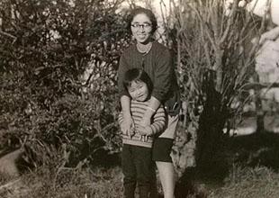 母、洋子との1枚。 この時、5歳くらい? これより、まだ幼い頃に、東京から一人、北海道へ向かった。