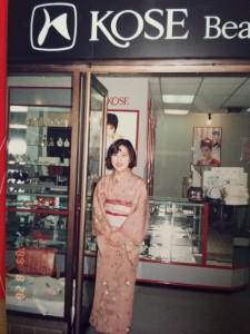 着物姿でコーセーのお店を回り、接客を担当していた頃。